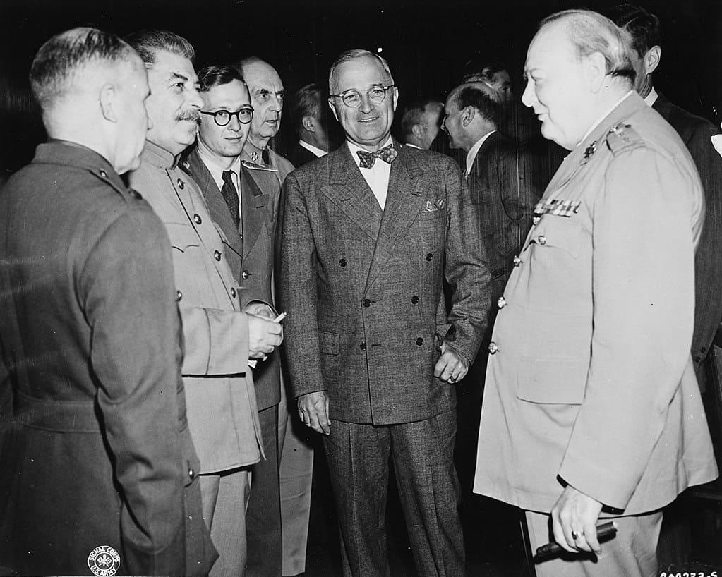 1024px-Bundesarchiv_Bild_183-29645-0001,_Potsdamer_Konferenz,_Stalin,_Truman,_Churchill