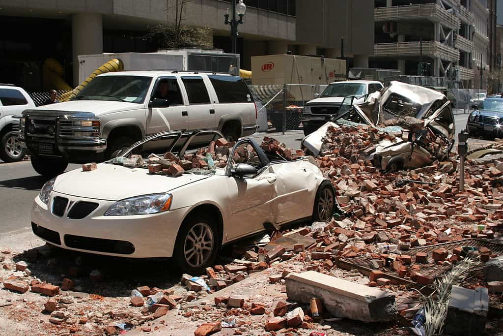 1024px-Car_and_building_Damage_from_Katrina_2