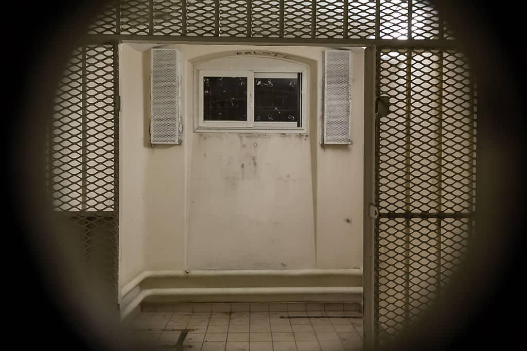 1024px-Cellule_du_quartier_d'isolement_de_la_prison_Jacques-Cartier,_à_travers_le_judas,_Rennes,_France