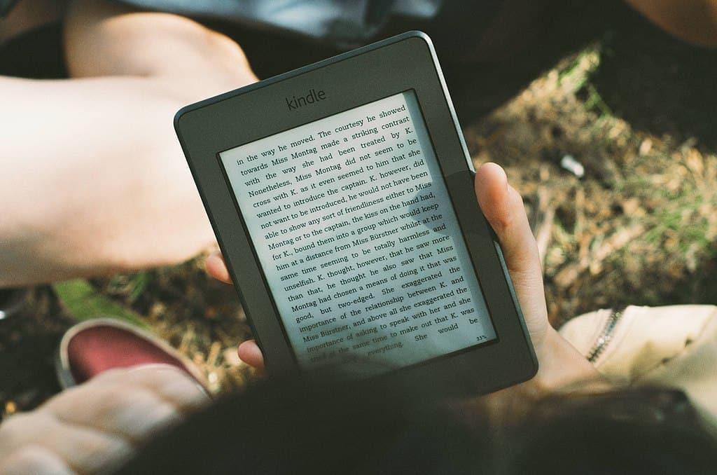 1024px-Outdoor_Kindle_reader_(Unsplash)