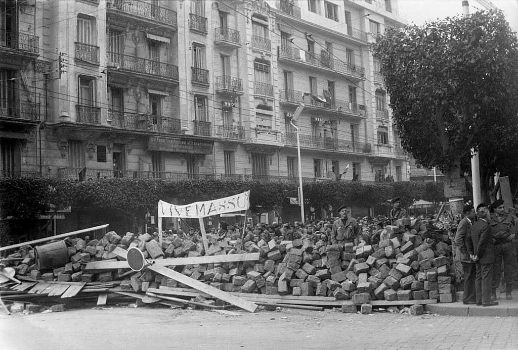 1024px-Semaine_des_barricades_Alger_1960_Haute_Qualité