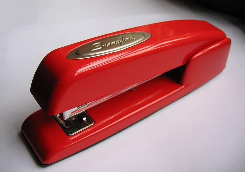 1024px-Stapler-swingline-red