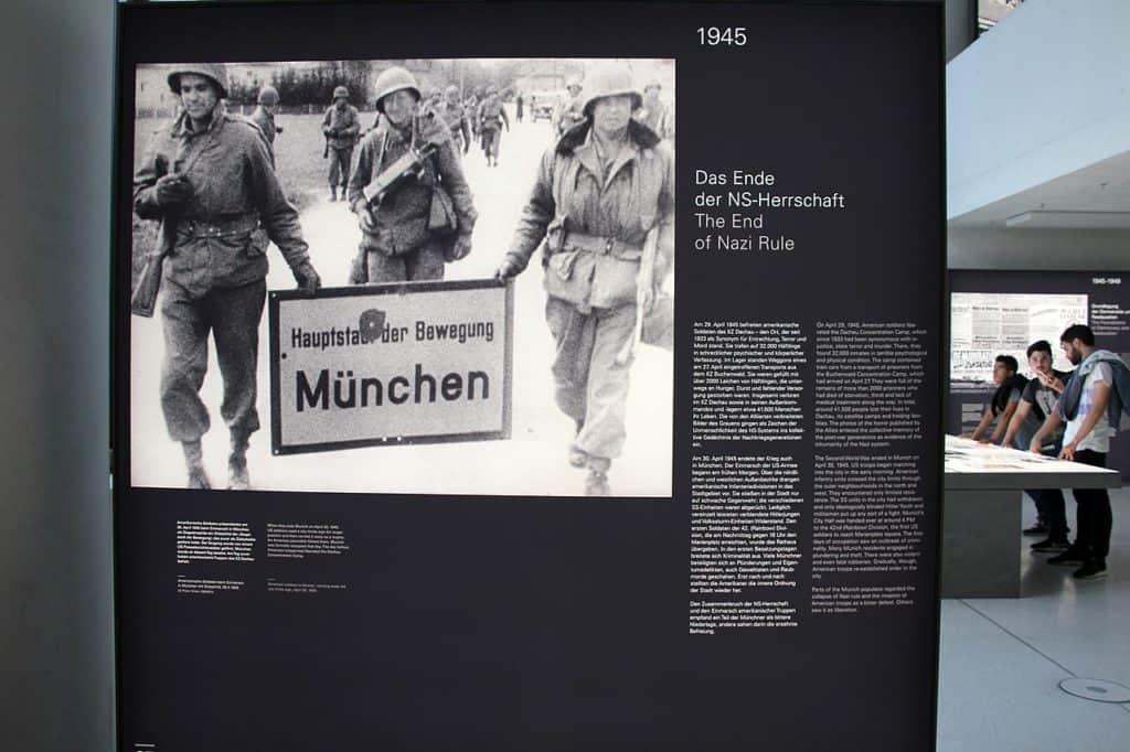 1280px-München_-_NS-Dokumentationszentrum_(8)