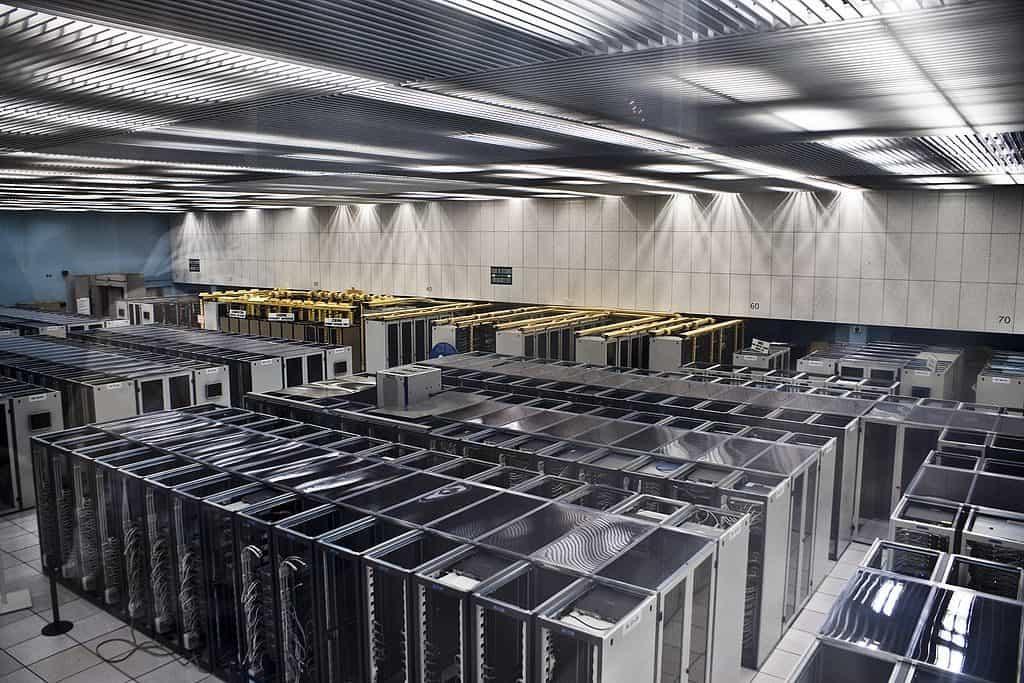 1024px-CERN_Server_03