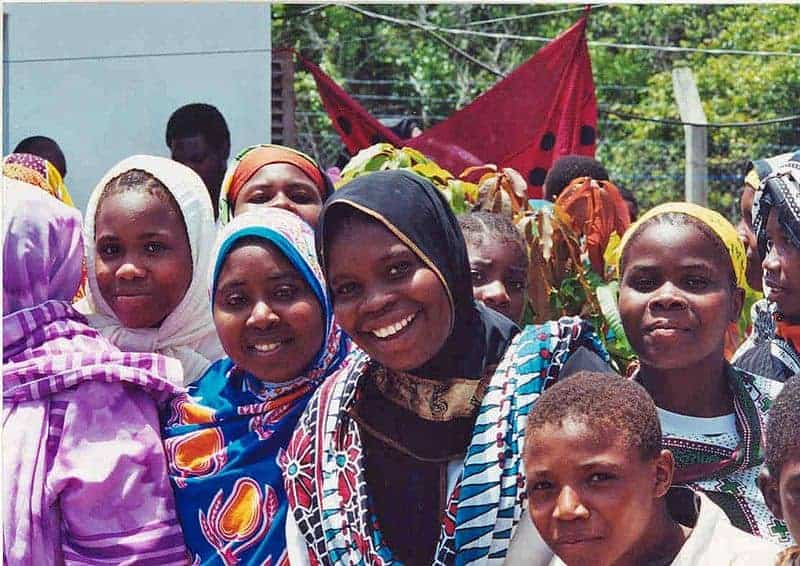 800px-Smiling_girls_in_Tanzania_5761990097