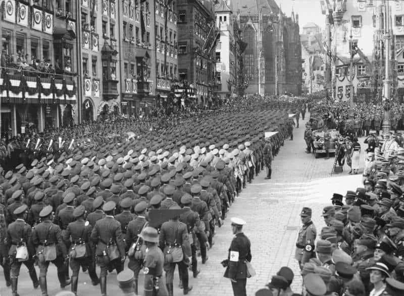 Bundesarchiv_Bild_183-2004-0312-503_Nürnberg_Reichsparteitag_Marsch_der_Wehrmacht