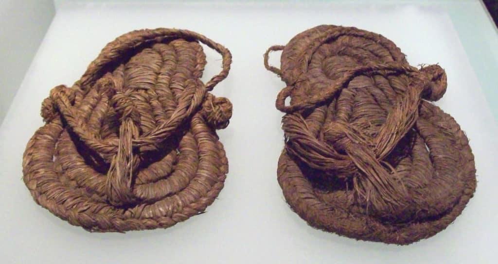 SANDALIAS de esparto y cuerda cosida, en el Museo Arqueológico Nacional de España, en Madrid. Halladas en la Cueva de Los Murciélagos de Albuñol (Provincia de Granada, Andalucía, España), y fechadas hacia fines del sexto o principios del quinto milenio a.C. (Neolítico Medio). Dimensiones de la izquierda (imagen): longitud: 20 cm; anchura: 10,8 cm; grosor: 4,1 cm. Derecha: longitud: 19,4 cm; anchura: 11,2 cm; grosor: 2 cm.-----SANDALS of esparto grass and sewn rope, at the National Archaeological Museum of Spain, in Madrid. Found at the Cueva de Los Murciélagos (a cave) in Albuñol (Province of Granada, Andalusia, Spain), and dated towards the end of the 6th or the beginning of the 5th millennium BC (Middle Neolithic). Dimensions of the left one (at the image): length: 20 cm; width: 10.8 cm; thickness: 4.1 cm. Right one: length: 19.4 cm; width: 11.2 cm; thickness: 2 cm.