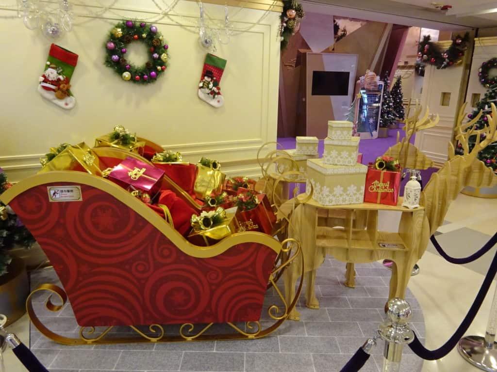 HK_Kln_Bay_Telford_Plaza_mall_Xmas_cart_Reindeer_decor_Nov-2015_DSC
