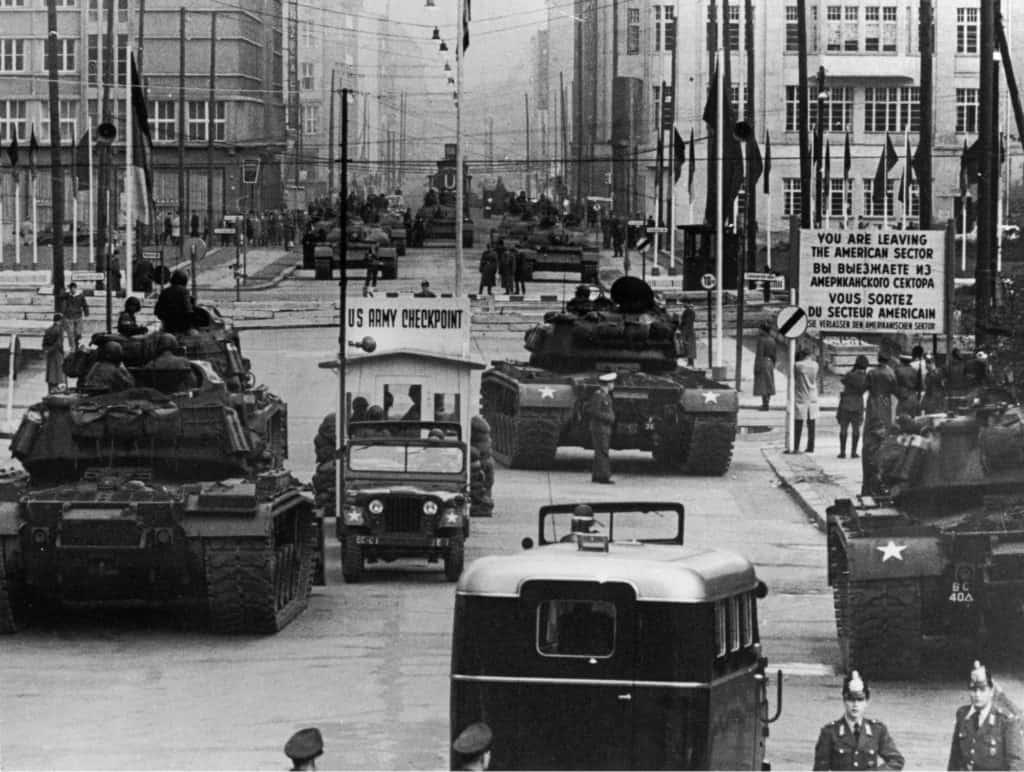 US_Army_tanks_face_off_against_Soviet_tanks,_Berlin_1961